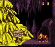 Donkey Kong y Diddy Kong junto a una pila de bananas en Donkey Kong Country.jpg
