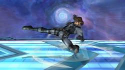 Luego del tropiezo Snake realiza un ataque giratorio con la pierna derecha