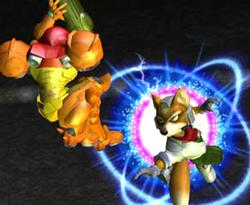 Fox esquivando el disparo carga de Samus con una finta aérea.