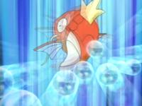 Magikarp usando su cola para desviar rayo burbuja.