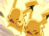 Pikachu de Ash y Pikachutwo usando rayo.