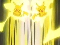 Sparky usando impactrueno junto con el Pikachu de Ash.