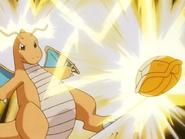 Dragonite usando Rayo contra el Squirtle de Ash.