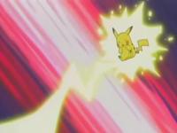 Pikachu usando Impactrueno contra los Pokémon de tipo Agua para defender a Torchic.