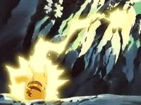 Pikachu de Ash usando rayo contra el Equipo/Team Rocket.