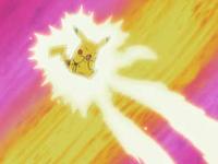 Pikachu usando Impactrueno contra el Equipo/Team Rocket, haciendo que despeguen.