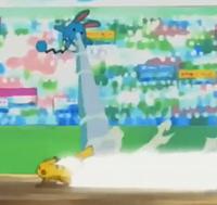 Azumarill usando pistola agua mientras esquiva el ataque rápido del Pikachu de Ash.