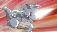 Rhydon usando megacuerno. Su cuerno se ilumina, aumentando su tamaño...
