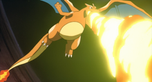 Charizard de Ash usando lanzallamas.