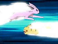 Espeon usando ataque rápido contra el ataque rápido del Pikachu de Ash.