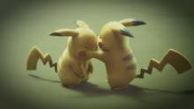 P22 Pikachu y Pikachu clonado combatiendo.png