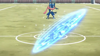 Greninja de Ash usando shuriken de agua.