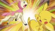 Deerling usando Placaje contra Pikachu de Ash