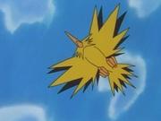 Zapdos mecánico persiguiendo a Ash, Brock y Misty.