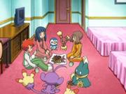 EP547 Chicas reunidas en su habitación.png