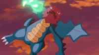 Druddigon de Aliana/Amapola usando garra dragón.