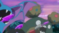 Zubat, Salandit y Garbodor de los reclutas del Team Skull usando carga tóxica.