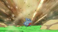 Gible usando ataque arena.