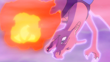 Charizard usando puño fuego.