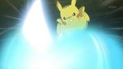 EP848 Pikachu usando Trepa Aura esfera.jpg