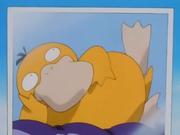 El chef del restaurante les muestra una fotografía de su Pokémon favorito, un Psyduck.