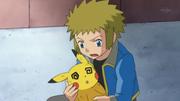 EP634 Pikachu debilitado en los hombros de lectro.png
