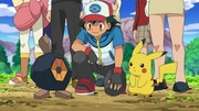 EP698 Roggenrola junto a Ash y Pikachu.jpg