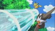 EP660 Staraptor y Pikachu esquivando Hidrobomba.jpg