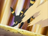 Umbreon usando atraque arena.