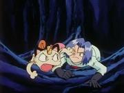 EP144 Meowth y James peleándose.jpg