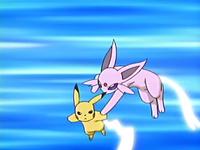 Espeon usando cola férrea contra el cola férrea del Pikachu de Ash.