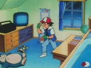 Debajo de su calendario, Ash tiene una papelera con un dibujo de un Staryu.