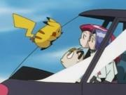 EP021 Pikachu sobre el helicóptero del Team Rocket.png