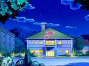 EP495 Centro Pokémon de pueblo Aromaflor de noche.png