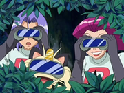EP553 Team Rocket observando.png