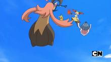 Gourgeist e Inkay recibiendo el golpe aéreo del Greninja de Ash (izquierda).
