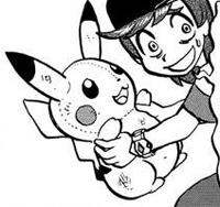 Sun soteniendo un muñeco de Pikachu.