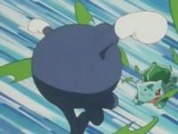 Bulbasaur usando hoja afilada contra Poliwhirl.
